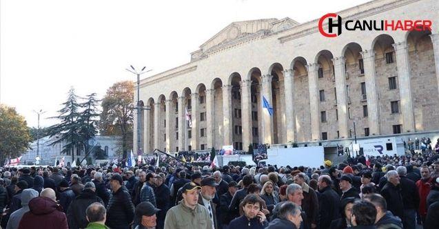Gürcistan'da protestocularla polis çatıştı 18 gözaltı