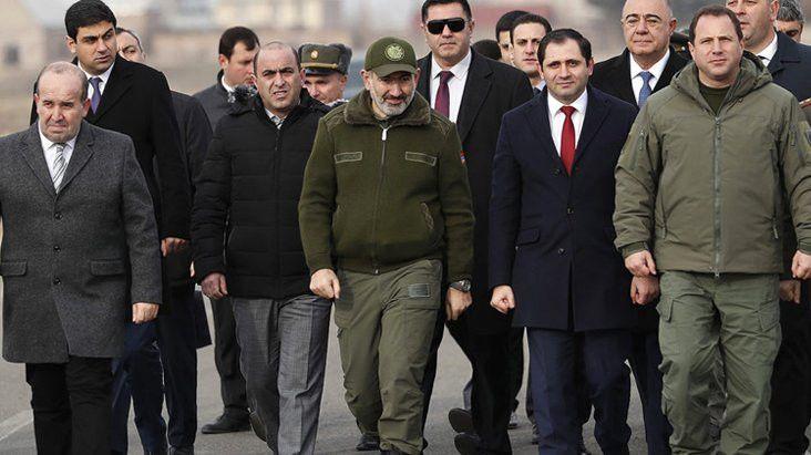 Ermenistan'da sular durulmuyor Savunma bakanı da istifa etti