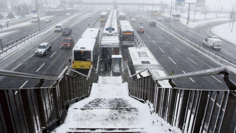 Ve beklenen kar geldi İstanbullular güne karla uyandı