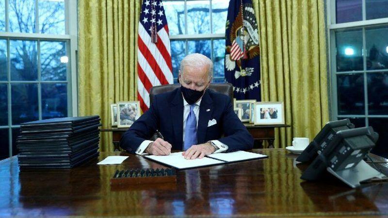 Joe Biden koltuğa oturur oturmaz 17 kararname yayınladı!