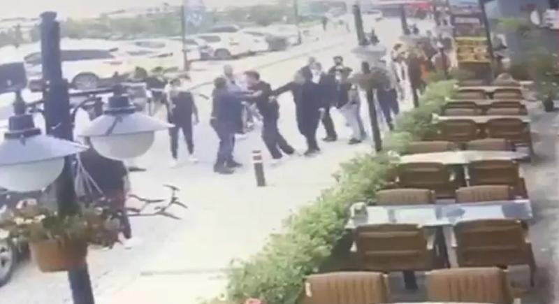 Sokak ortasında eşini döven adama meydan dayağı