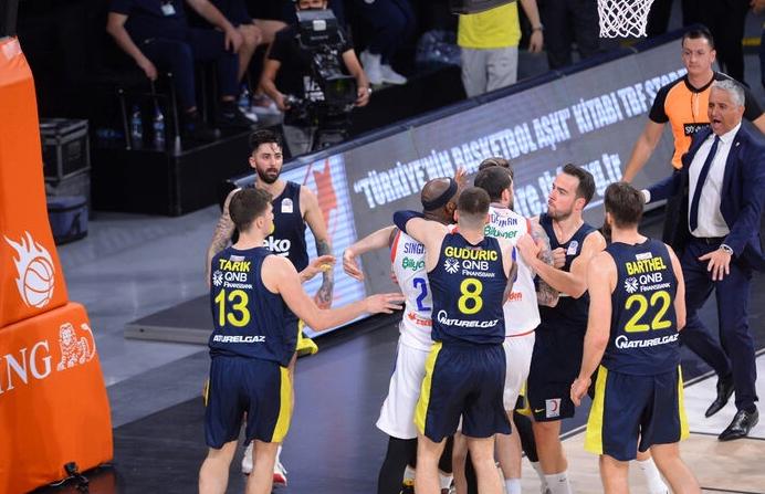 Anadolu Efes- Fenerbahçe Beko maçına olaylar damga vurdu
