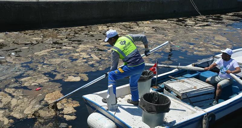 Denizden 2 saatte 1 ton 245 kilo çöp çıkarıldı