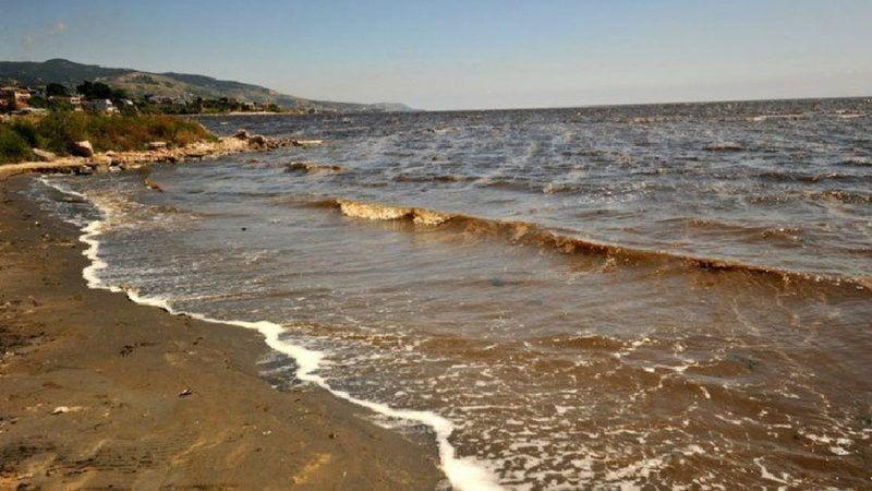 Bandırma sahilinde kum müsilaj nedeniyle siyaha döndü