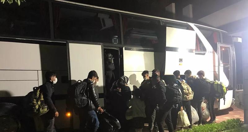 'Avrupa gideceksiniz' diye Eskişehir'e bırakıp kaçtılar!