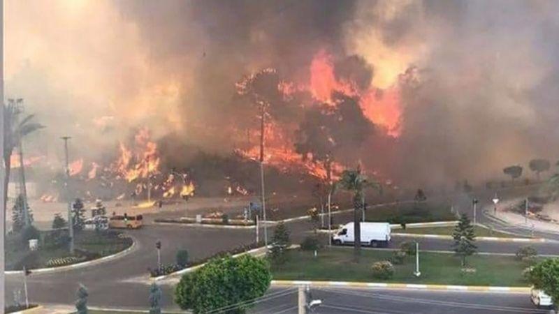 Manavgat'taki yangında 1 kişi öldü, 10 kişi mahsur