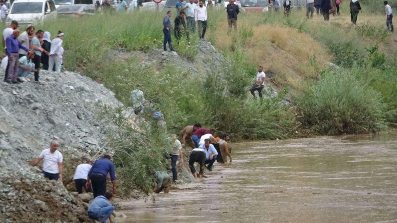 Yüksekova'daki sel nedeniyle binlerce balık öldü! Vatandaşlar sağ kalanları yakalamaya çalıştı