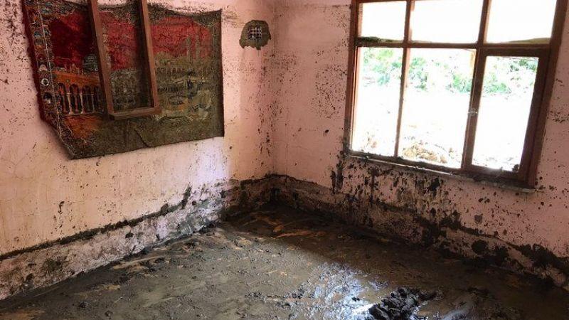 Evleri sel suyu ile doldu 30cm hava boşluğunda kurtarılmayı beklediler