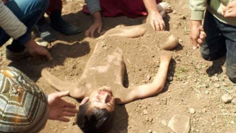 Kuş yuvasına bakmak için elektrik direğine tırmanırken düşen çocuğu toprağa gömdüler
