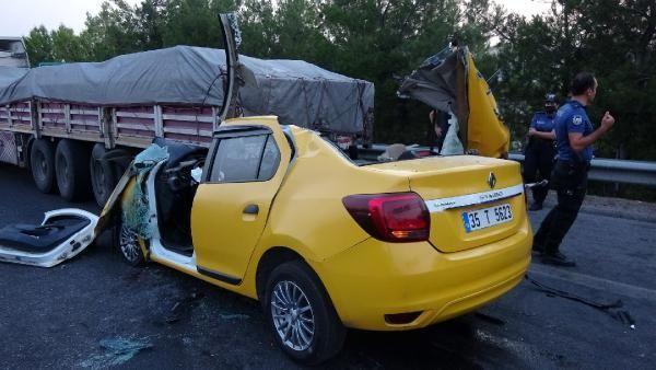 İçinde yolcu bulunan taksi tıra arkadan çarptı! Yolcu hayatını kaybetti