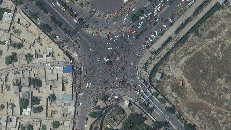 Afganistan'dan kaçış sürüyor! Kabil Havalimanı'na gelen vatandaşlar uydudan görüntülendi