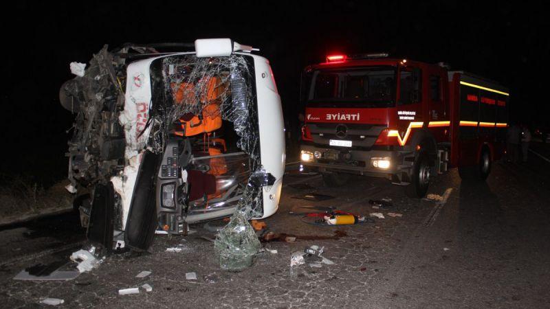 Manisa'da işçi servisi ile otomobil çarpıştı 4 ölü!