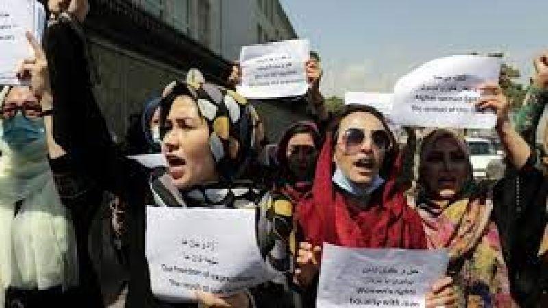 Afganistan'da kadınlar başkanlık sarayı önünde haklarını aradı