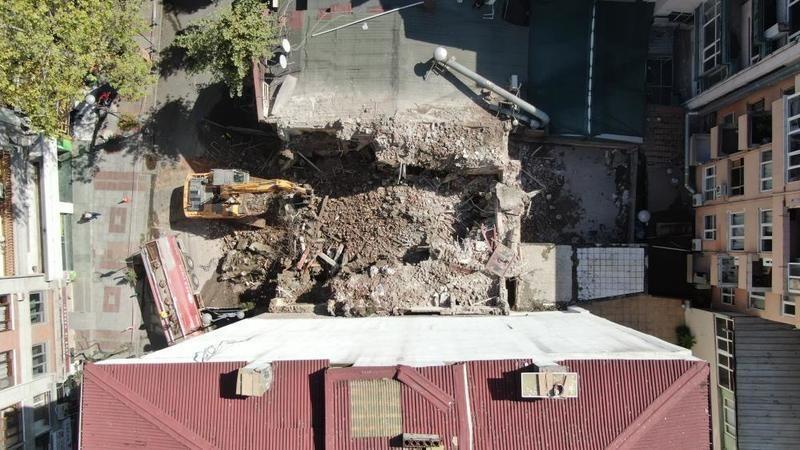 Gölcük depreminde ağır hasar alan bina 22 yıl sonra yıkıldı
