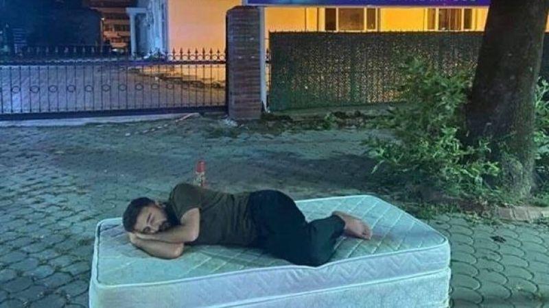 Kiralara tepki için üniversitenin önüne yatak getirip, yattılar