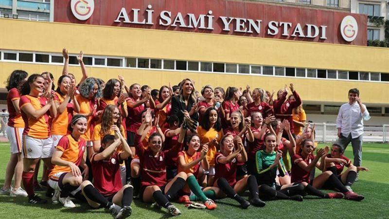 Galatasaray yeni kurulan kadın futbol takımınını tanıttı