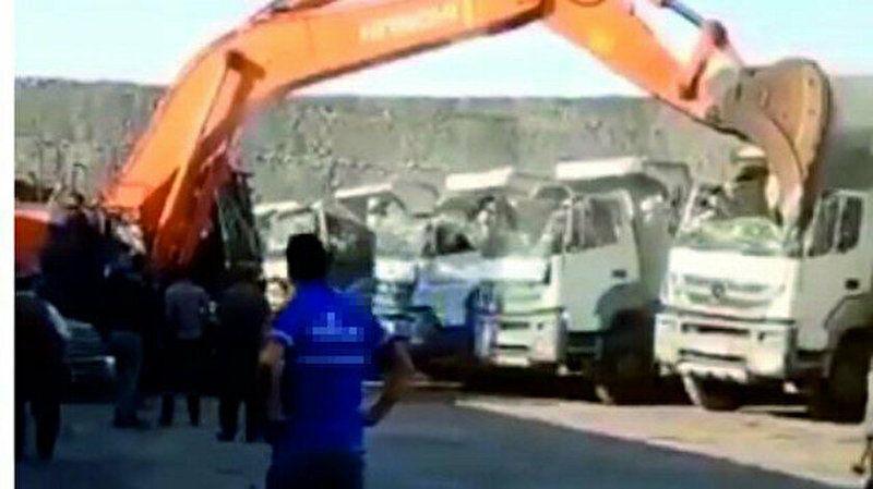 5 kamyonun kabinini kepçeyle ezen operatör: Mağdur yok