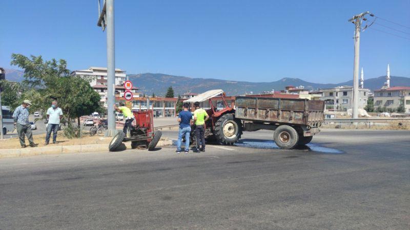 Traktörün ikiye ayrıldığı kaza güvenlik kamerasına yansıdı
