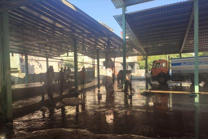 İslahiye'de kurban kesim alanlarında temizlik ve dezenfektan çalışması yapılıyor