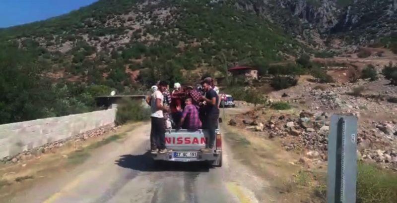Gaziantep'te tarım işçilerinin kamyonet kasasındaki tehlikeli yolculuğu