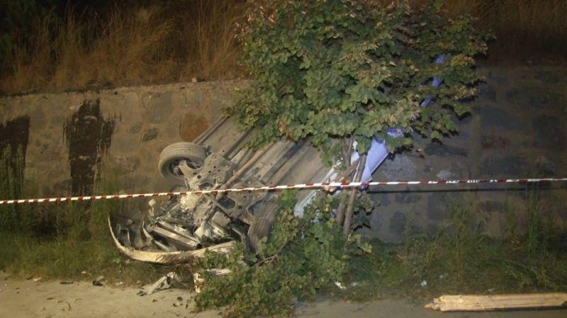 Kontrolden çıkan araç yol kenarında dik durdu: 2 yaralı