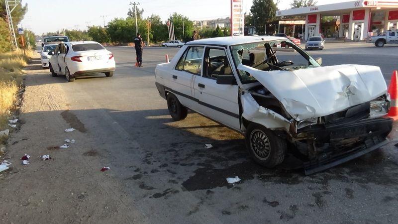 Benzinliğe dönen araca arkadan gelen araç çarptı: 5 yaralı