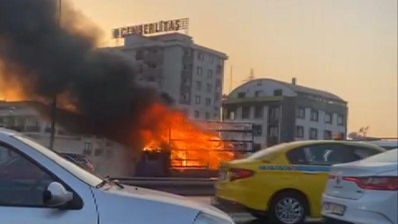 Alev alev yanan kamyonet küle döndü