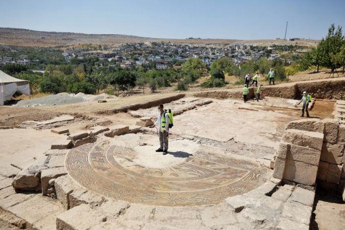 Gül ile Fadıloğlu, Dülük Antik Kenti Keber Tepesi'nde incelemede bulundu