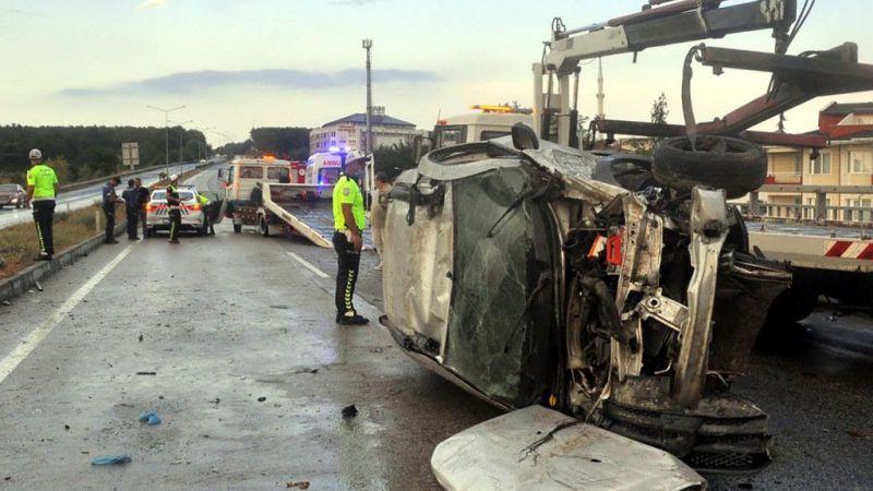 Karşı şeride geçen otomobil iki araca çarparak takla attı: 6 yaralı