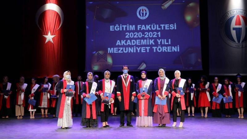 GAÜN Eğitim Fakültesi öğrencileri keplerini mezuniyet için fırlattı