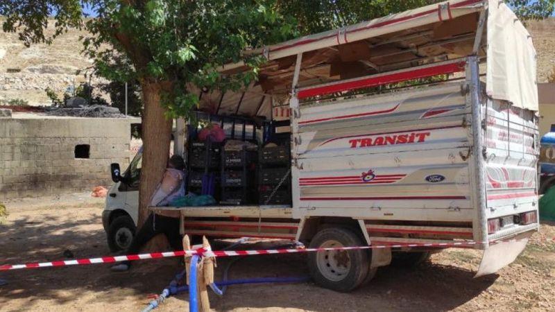 Durdurmaya çalıştığı kamyonetiyle ağaç arasında sıkışıp öldü
