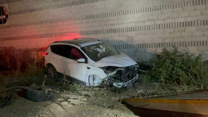 Kız arkadaşı ile duvara çarparak kaza yapan sürücü olay yerinden kaçtı