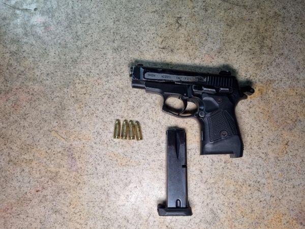 Bekçilerden kaçtı, belindeki tabancanın ateş almasıyla kendini vurdu