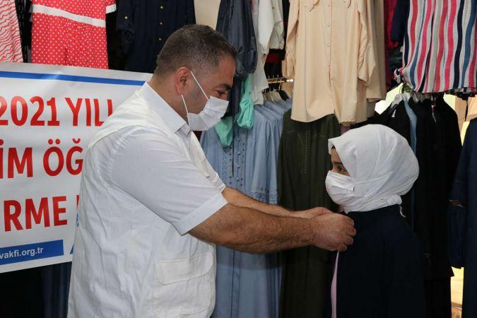 Yetimler Vakfı öğrencilere okul kıyafeti yardımında bulundu