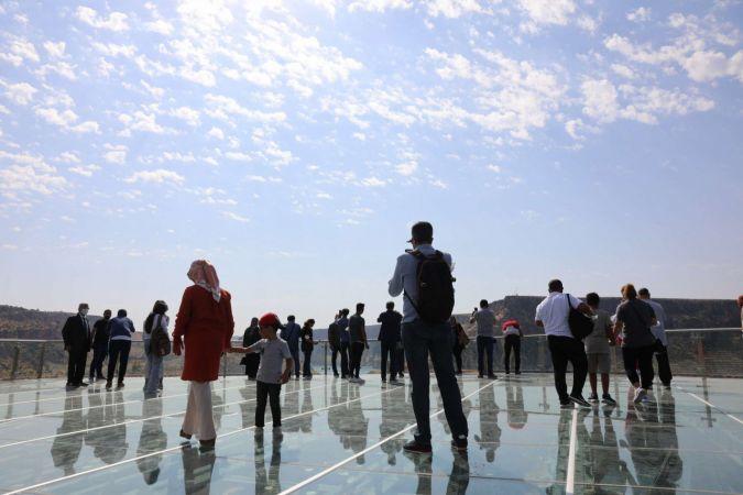 150 metre yüksekteki cam terasta yürümek yürek istiyor