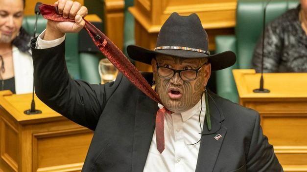 Haka dansı yaptı, parlamento toplantısından atıldı