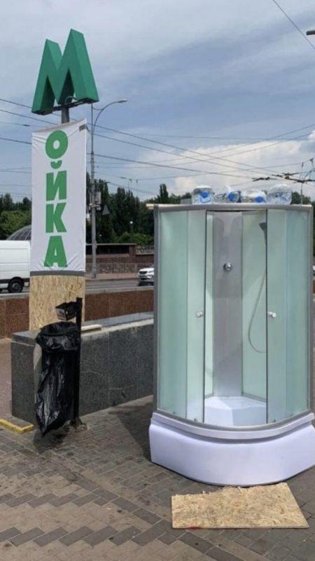 Ukrayna'da sıcaklara karşı sokaklara seyyar duşlar kuruldu