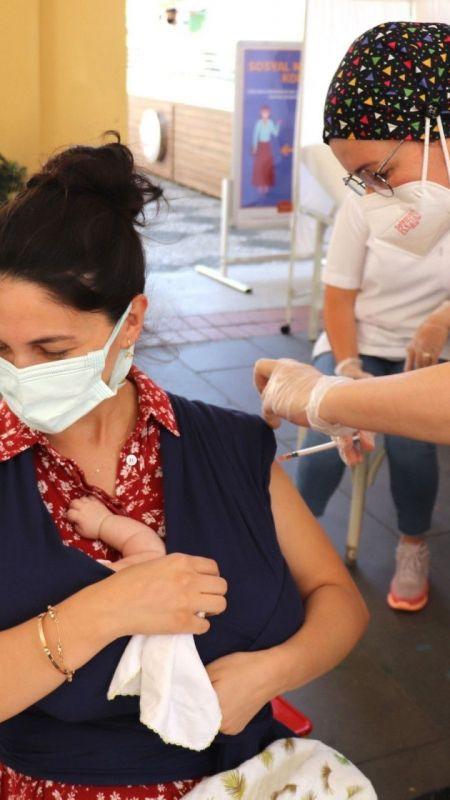 Kundakta bebeğiyle aşı oldu