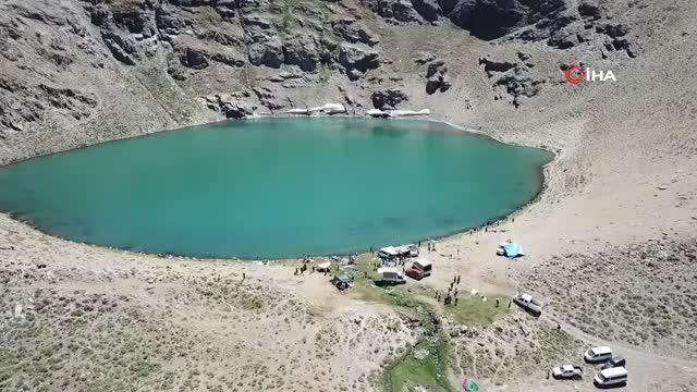 Sönmüş yanardağ gölünde rafting yaptılar