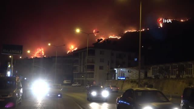 Aydıncık'daki yangın yerleşim yerlerini tehdit etmeye başladı