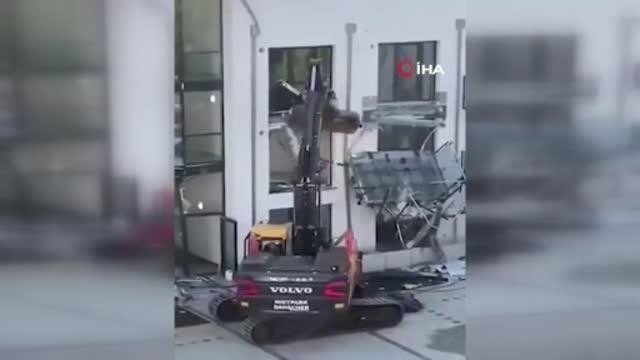 Parasını alamayan Alman müteahhit iş makinası ile binaya saldırdı
