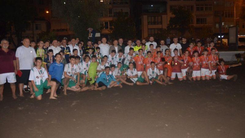 Çıplak ayak kum futbol turnuvasının şampiyonları kupalarına kavuştu