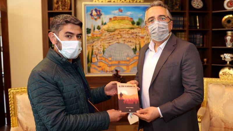 Gazeteci Alkan ilk kitabını Başkan Savran'a hediye etti