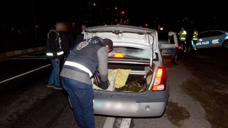 Şüpheli araçtan uyuşturucu çıktı