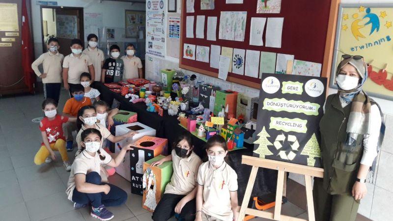 Öğrenci ve öğretmenler geri dönüşüm sergisi açtı