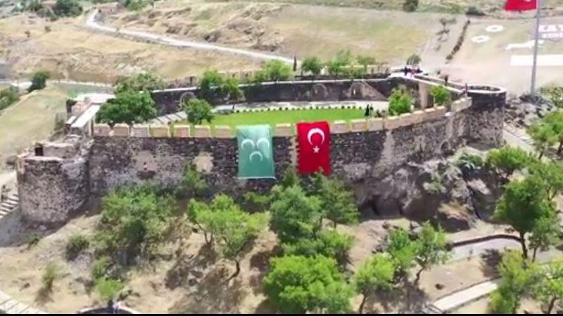 Nevşehir Kalesi'ne 3 hilalli bayrak asıldı