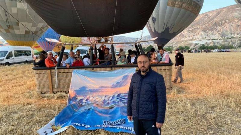 Balonlardan anlamlı pankartlar açıldı