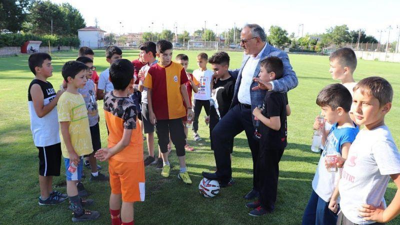 Başkan Aksoy çocuklara ikramda bulundu