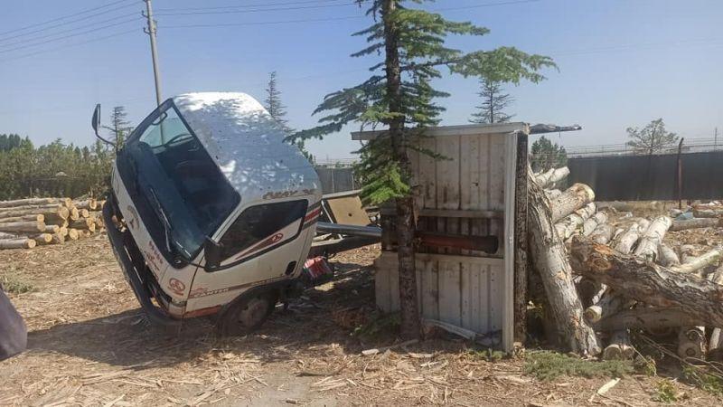 Odun yüklü kamyon devrildi