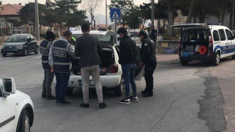 Polis araçta pala ve uyuşturucu yakaladı